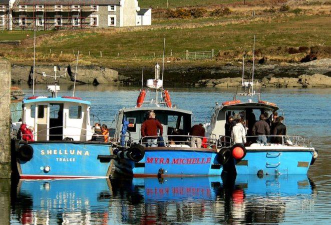 Drei Boote im Hafen von Portemagee