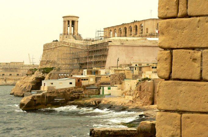 Außenmauern am Meer des Fort St. Elmo auf Malta