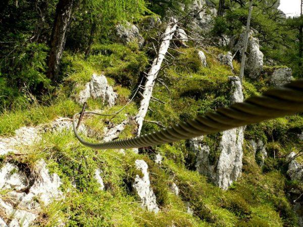 Seilsicherungen, aber kein Klettersteig bei den Felsentoren
