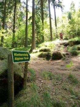 klettersteig-alpiner-grat-schild-einstieg-500
