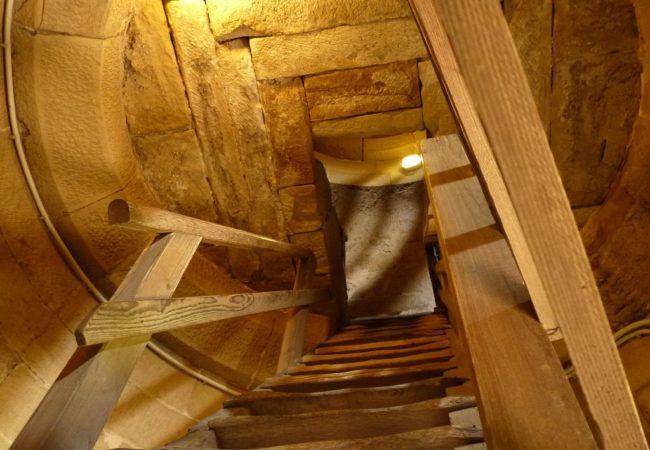 Treppenaufgang mit Holzstufen zum oberen Teil des Turms