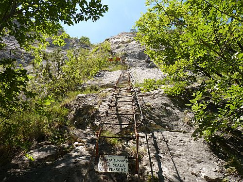 Die erste Leiter am Klettersteig Cima SAT