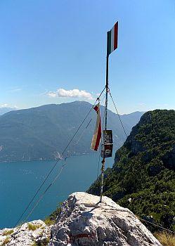 Geschafft-die Flagge auf dem Gipfel des Cima SAT