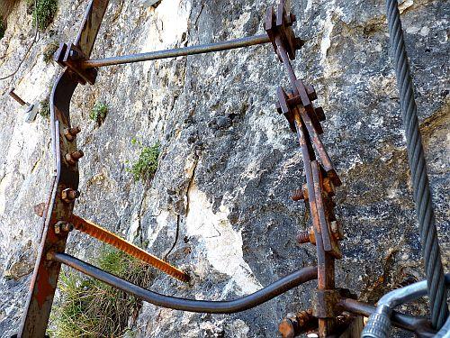 kaputte Stufen der Eisenleiter am Cima SAT