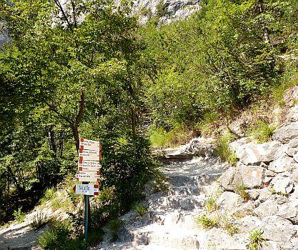 Klettersteig Cima SAT-Wegweiser beim Rifugio Barbara
