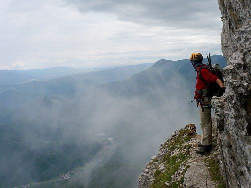 Der Fels des Cinque Cime im Nebel der Wolken