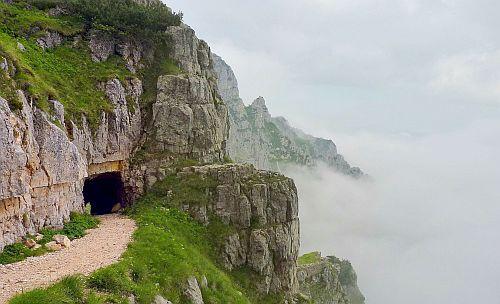 Der Eingang zum Tunnel und ein Wolkenmeer