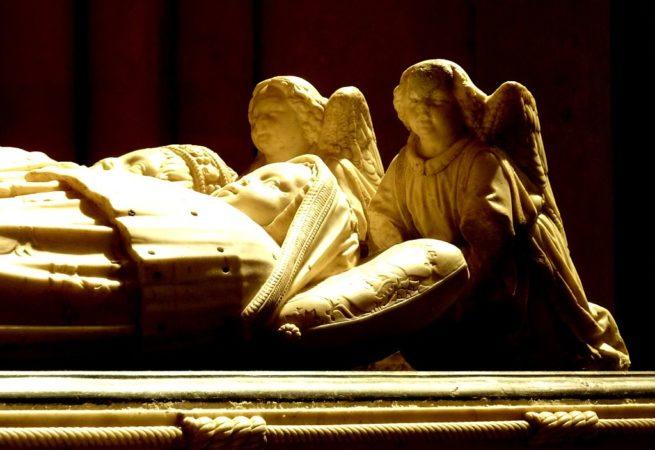Zwei Engel auf einem Sarkophag