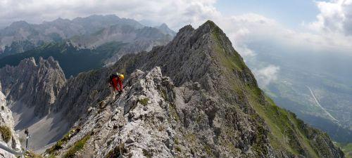 Kurz vor der Haengebruecke in der Mitte des Innsbrucker Klettersteiges