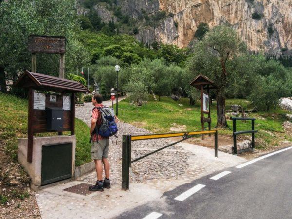 Einstieg zum Klettersteig mit Hinweistafeln