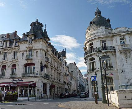 Das alte Bankgebaeude am Place du Martroi in Orleans