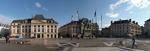 Place du Martroi mit Denkmal von Jeanne Darc in Orleans