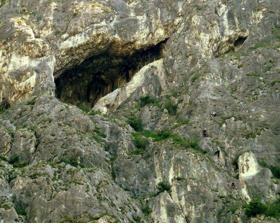Die Grotte mit Kletterern am Kaiser Max Klettersteig