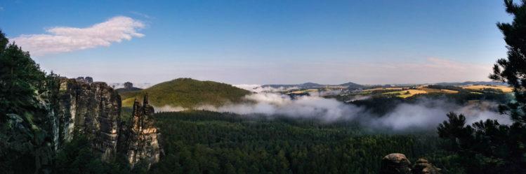 Panoramablick auf Sächsische Schweiz mit Wolken