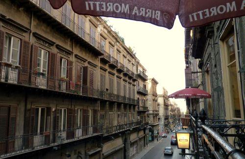 Restaurant mit Blick auf die Straßen von Palermo