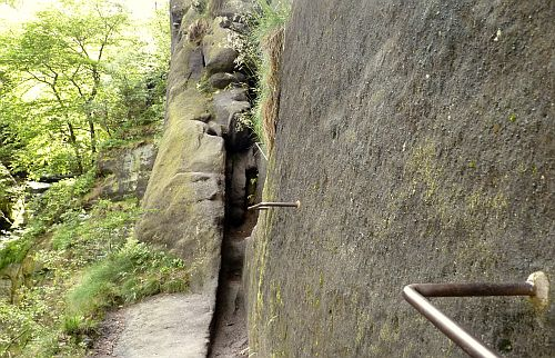 Eisenkrampen am Sandsteinfelsen