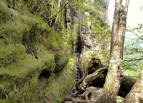 Holzleiter zwischen Felsenspalten