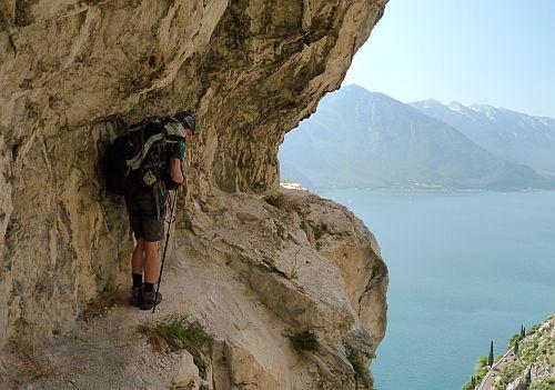 ungesichertes Band auf dem Bergpfad am Gardasee