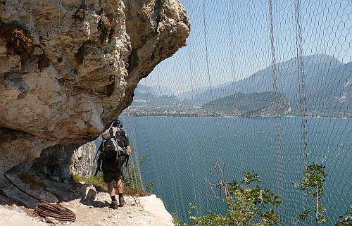 Netze zu Sicherung vor Steinlägen auf der darunter befindlichen Straße am Gardasee