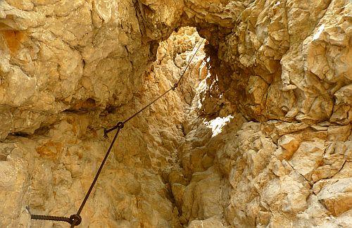 Der Einstieg des Klettersteig Giulio Segata durch ein gigantisches Felsloch