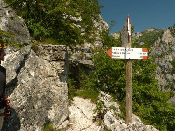 Wegweiser an alter Bunkeranlage auf dem Gipfel Cima Capi am Gardasee