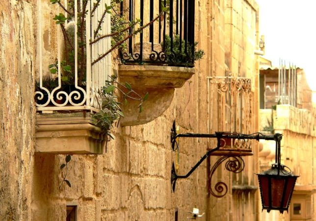 Gasse mit Balkone in Mdina