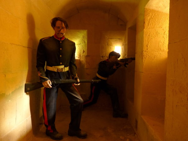 Ein alter Wehrgang mit britischen Soldaten im Fort Rinella
