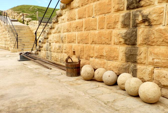 Kanonenkugeln im Fort Rinella auf Malta