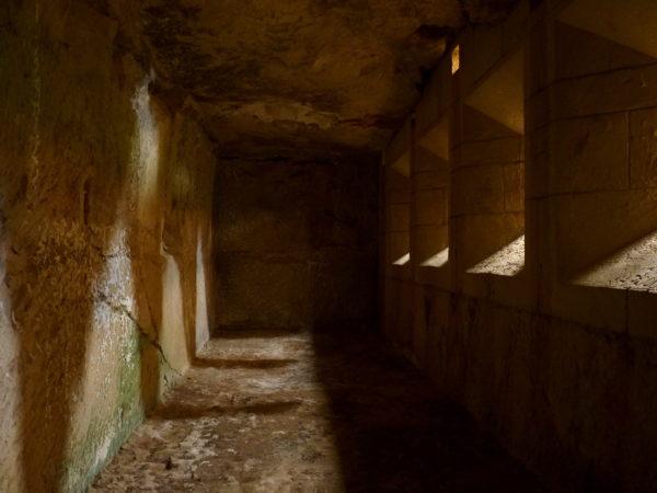 Alter Wehrgang mit Schießscharten im Fort Rinella