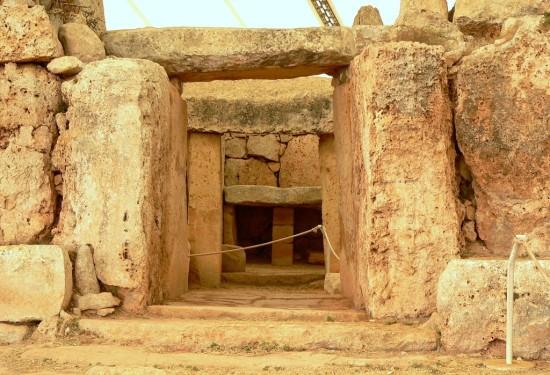Eine Steintür bestehend aus 3 Steinplatten im Mnajdra Tempel