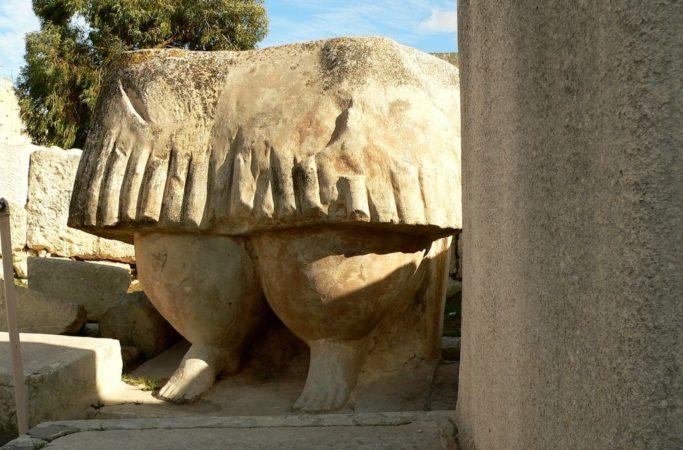 Kolossalfigur aus Stein im Tarxien Tempel