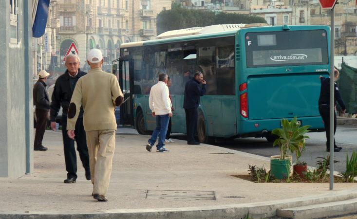 Ein defekter Bus auf Malta, der plötzlich anfing zu qualmen.