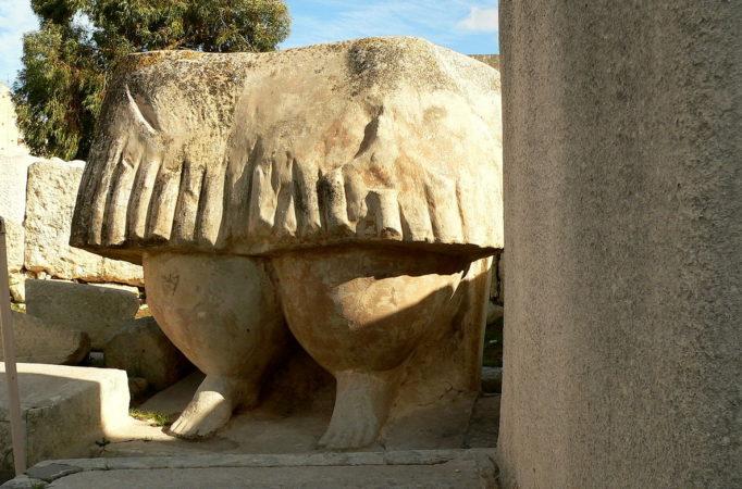 Steinfigur, wahrscheinlich von einer Frau, mit Rock in den Tarxien Tempel