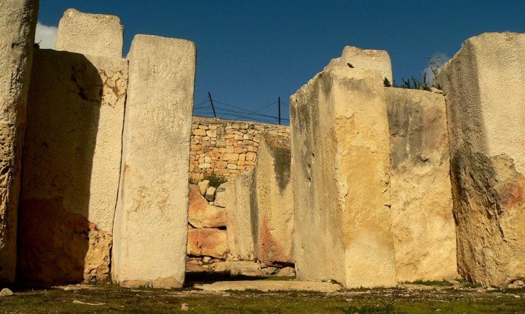 Schwere Steinplatten, die früher ein Tür waren, im Tarxien Tempel