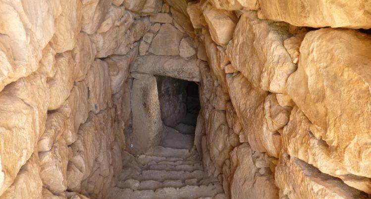 Eingang zu einer Zisterne über eine Steintreppe