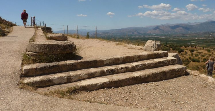 Überreste des Palast von Mykene mit kleiner Freitreppe