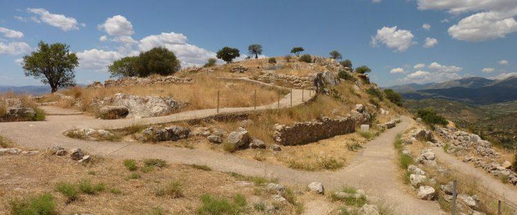Hügel mit Bäumen und unscheinbaren Resten von Mykene