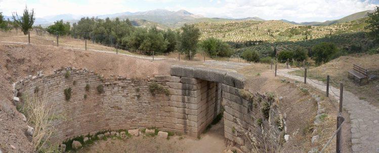 Offener Rundbau eines Grab aus Stein mit Tor