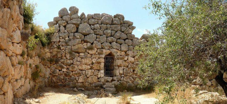 Alte Mauern mit kleinem vergitterten Fenster