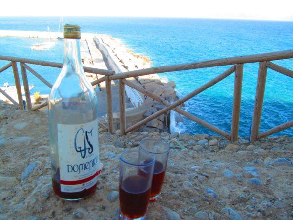 Kretanischen Wein gibt es auch im Minimarkt vor Ort in der 1,5 Liter Flasche zu guten Preisen