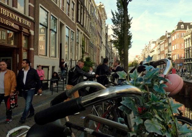 Viele Fahrräder in einer Reihe in Amsterdam