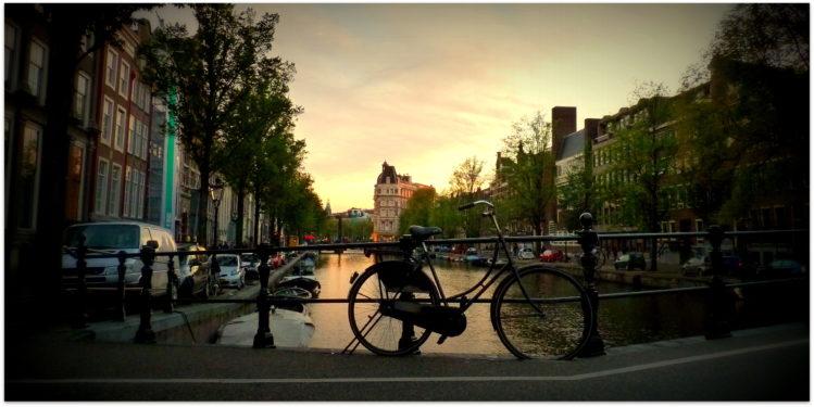 Fahrrad welches an einem Brückengeländer angelehnt wurde in Amsterdam