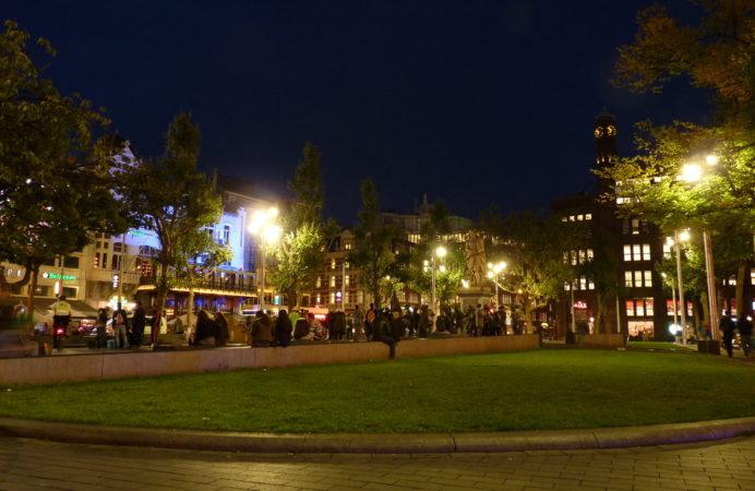 Nachtaufnahme von einem Platz in Amsterdam