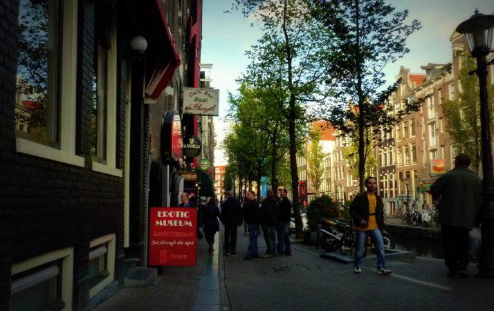 Rotes Schild zum Erotikmuseum in Amsterdam
