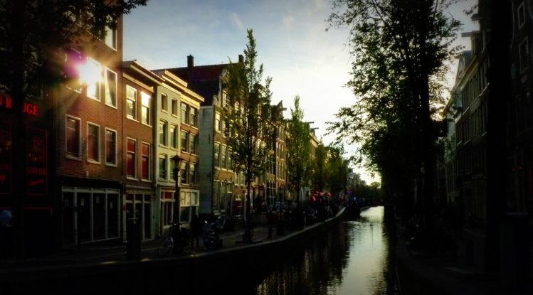 Kanal mit Wasser in Amsterdam