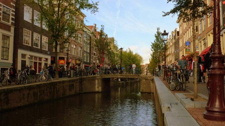 Kanal mit Wasser und einer Brücke in Amsterdam