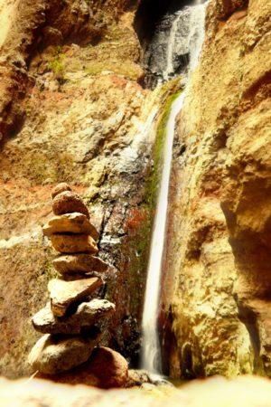 Wasserfall mit Steinmännchen