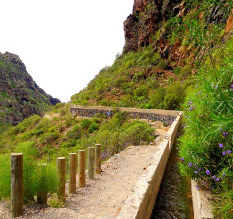 Wanderweg mit Wasserkanal