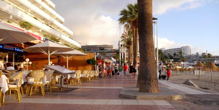 Strandpromenade mit Cafes
