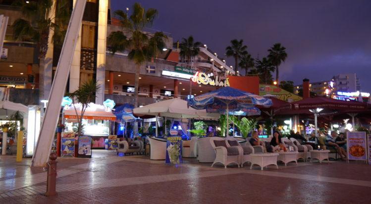 Cafe und Bar an einer Strandpromenade am Abend